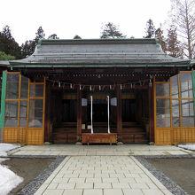 防雪対策を施した拝殿です