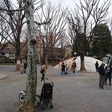 広場と遊具