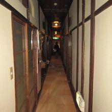 「坊ちゃんの間」に向かう3階個室の廊下