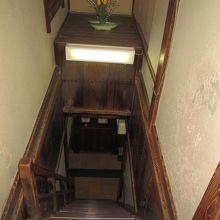 2階に下る階段