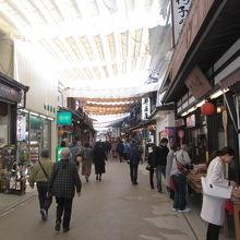牡蛎料理や広島焼き等の飲食店やお土産屋が続く商店街