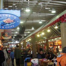 バンクーバーの台所とガイドブックで紹介されているバンクーバー市民が買い物をするマーケットで、新鮮な魚介類を初めいろいろな商品が揃っていました。