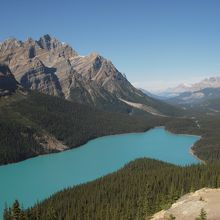 氷河ハイウェイで最高地にあるボウ峠の展望台から雄大な景色の湖全体が見渡せました。