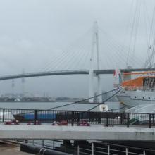 日本海側では最大と言われる2層構造の斜張橋。白くて美しい橋です。