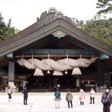 巨大さで知られる神楽殿