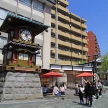 カラクリ時計や足湯などがある広場
