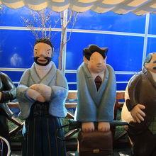 小説「坊っちゃん」の登場人物の人形が並んでいます