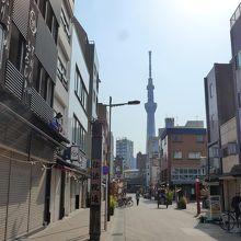 浅草寺の仲見世から見える東京スカイツリー