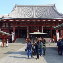 参道正面から見た浅草寺