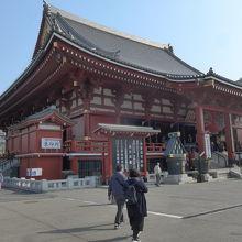 浅草寺の本堂を左側から見ました