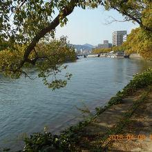 平和公園から元安川を隔てて原爆ドームがあります。