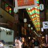 かつての京の台所は外国人観光客の食べ歩き通りに。10時頃か15時頃が比較的空いている。