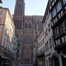 大聖堂の正面の通り。距離は短い。ここからみる大聖堂がすばらしい。