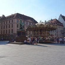 メリーゴーランドのある広場。グーテンベルクが中央に立っています。