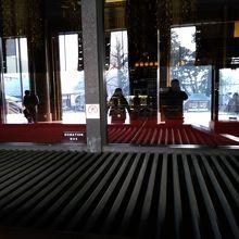 成田山新勝寺大本堂の中です