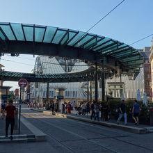 ドーナツ状の丸屋根のある広場。トラムの乗り場。プランタンの正面。