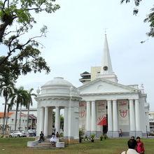 白亜のセント・ジョージ教会
