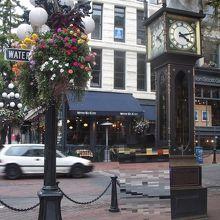ダウンタウンのギャスタウンにある高さ5.5mの15分ごとに汽笛を周囲に響かせる蒸気時計です。