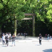 正門(南門)から境内へ…