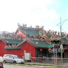 東端には装飾の凝った凤山寺があります。