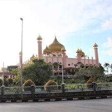 モスクの丘に古い墓地が拡がっています。