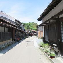 武家屋敷、商家、寺が混在しています