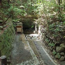 こころの小径にある清水社。湧き水が目や肌に良いとか。