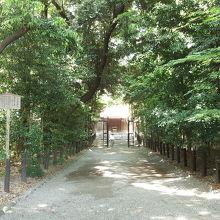 小径から本宮に出る前にある下知我麻神社。旅行安全。