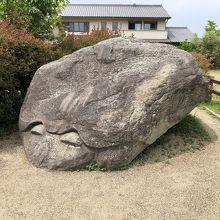 道端にある大きな石