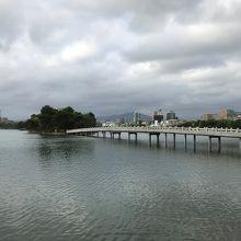池を渡れる橋
