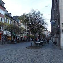 雰囲気の良い町並とレストラン