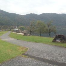 ダム湖のほとりに、緑豊かな公園