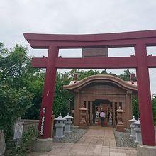 小さな神社ですが、参拝する人が結構いました。