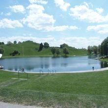 スタジアムや湖がある公園