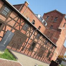 レンガ色のクラシックな建物です