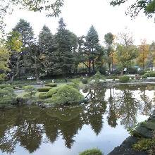 紅葉を見ながら池のほとりで秋らしいひととき