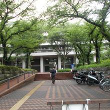 日本国民のためにある図書館です。