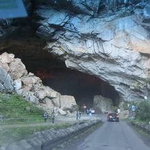 広大な鍾乳洞を散策