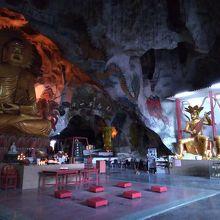 洞窟の中にある見応えのあるお寺
