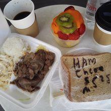 朝食に。ランチプレートは昨日の残り。高橋果実店ではありません