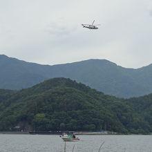 上空には警察へり、湖面上には警察ボートが行きかう