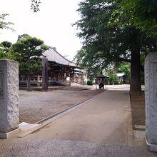 通路や庭も広々とした、たいへんきれいな建築物