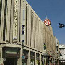 新宿通りの新宿駅東口側から。手前は増築であろうが、奥は旧い。