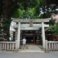 道路にぐるりと囲まれた神社