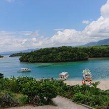 川平湾の砂浜と海を広く見張らせる展望台から記念写真。