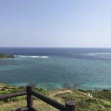 青い空と青い海。