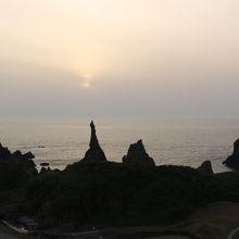 ここで夕日を見たかった。西ノ島にあるローソク状の岩。