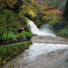 古い建物が並んだ温泉街の奥には白銀の滝があり紅葉がきれいです。