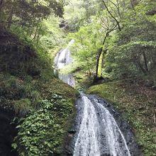 落差のある滝を楽しめます