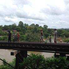 木造の橋、歩いて通れるが怖い